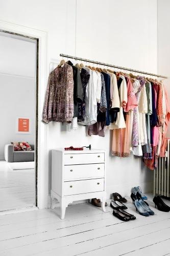 araras de roupas no quarto 8